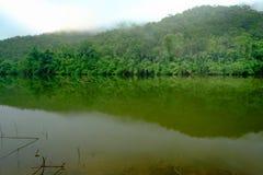 A floresta da montanha com o rio da névoa e do kwai ajardina no kanchanabu Imagem de Stock Royalty Free