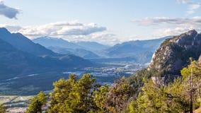 Floresta da montanha com uma cidade na parte inferior foto de stock royalty free