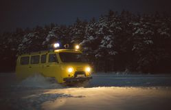 Floresta da neve de camionete inverno do amarelo de URSS do vintage imagens de stock royalty free
