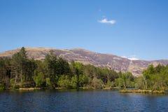 Floresta de Glencoe Lochan e lago ao norte das montanhas escocesas Escócia Reino Unido de Lochaber da vila de Glencoe Foto de Stock Royalty Free
