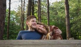 Floresta do abraço dos pares do menino da menina Fotos de Stock Royalty Free