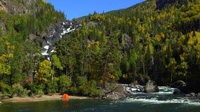Floresta do outono e cachoeira rochosa a barraca está na costa do rio video estoque