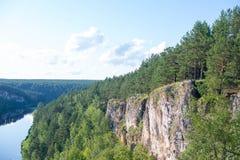 Floresta do rio da rocha, horizonte Fotos de Stock Royalty Free