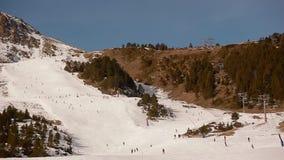 Floresta e esquiadores da neve em um elevador de esqui Andorra video estoque