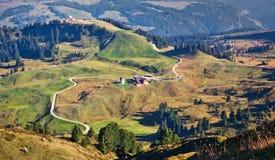 Floresta e montanhas e feelds Carpathian imagens de stock
