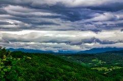 Floresta e nuvens Fotografia de Stock Royalty Free