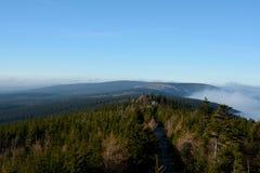 Floresta e nuvens em montanhas de Izerskie fotografia de stock