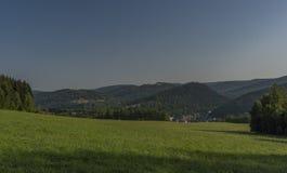 Floresta e prado sobre a cidade de Kraslice na manhã muito quente do verão imagens de stock
