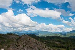 Floresta na montanha no céu azul Imagem de Stock Royalty Free