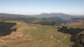 Floresta na paisagem da opinião do rio e do lago de cima em Nova Zelândia filme