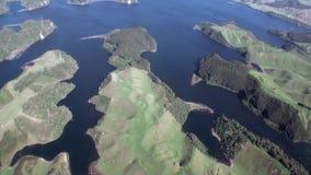 Floresta na paisagem da opinião do rio e do lago de cima em Nova Zelândia video estoque