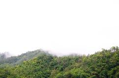 A floresta na parte dianteira das montanhas na névoa e o baixo encontro nublam-se; Represa Kanchanaburi Tailândia de Srinakarin Imagens de Stock Royalty Free