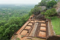 Floresta sob a cidade arruinada do marco na rocha de Sigiriya, Sri Lanka Local do património mundial do Unesco Imagens de Stock