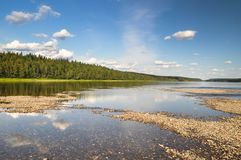 Florestas de Comi do Virgin, bancos pitorescos do rio Shchugor fotografia de stock royalty free
