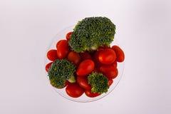 Florets брокколи обзора томаты вишни зеленых органические сладостные красные в стекле Мартини Стоковые Изображения RF