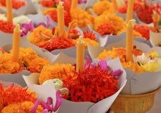 Florezca con la vela para la adoración Buda en estilo tailandés Fotos de archivo libres de regalías