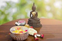 Florezca el agua del flotador en el cuenco para la estatua de Buda del baño Foto de archivo libre de regalías