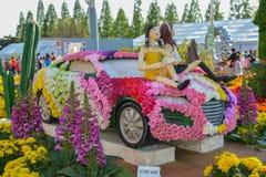 Florezca el festival, coche hecho de flores con el modelo animado Foto de archivo