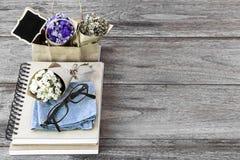 Florezca el ramo con el cuaderno la taza y los vidrios de café del latte encendido Fotos de archivo libres de regalías