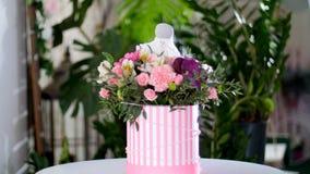 Florezca el ramo en los rayos de la luz, rotación, la composición floral consiste en el gerbera, piano del tulipán, Santini metrajes