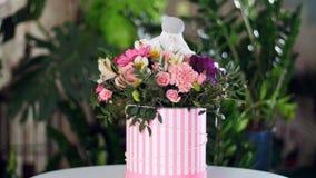 Florezca el ramo en los rayos de la luz, rotación, la composición floral consiste en el gerbera, piano del tulipán, Santini almacen de video