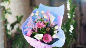 Florezca el ramo en los rayos de la luz, rotación, la composición floral consiste en el gerbera rosado, Protea, cala, yana de Ros almacen de metraje de vídeo