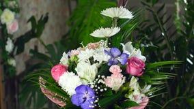 Florezca el ramo en los rayos de la luz, rotación, la composición floral consiste en el Leucadendron, anastasis del crisantemo almacen de metraje de vídeo