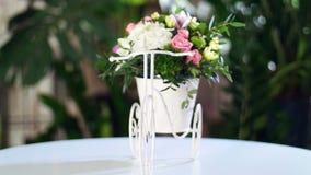 Florezca el ramo en una bicicleta decorativa, en los rayos de la luz, rotación, la composición floral consiste en la hortensia almacen de video