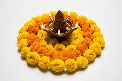 Florezca el rangoli para Diwali o pongal u onam hecho usando las flores de la maravilla o del zendu y los pétalos color de rosa r Fotografía de archivo libre de regalías