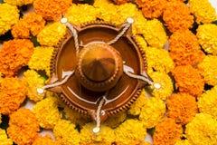 Florezca el rangoli para Diwali o pongal u onam hecho usando las flores de la maravilla o del zendu y los pétalos color de rosa r Imagen de archivo