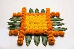Florezca el rangoli para Diwali o pongal u onam hecho usando las flores de la maravilla o del zendu y los pétalos color de rosa r Fotografía de archivo
