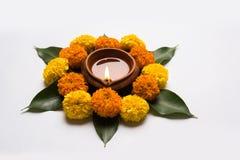 Florezca el rangoli para Diwali o pongal u onam hecho usando las flores de la maravilla o del zendu y los pétalos color de rosa r Fotos de archivo libres de regalías