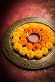 Florezca el rangoli para Diwali o pongal u onam hecho usando las flores de la maravilla o del zendu y los pétalos color de rosa r Imagen de archivo libre de regalías