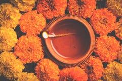 Florezca el rangoli para Diwali o pongal u onam hecho usando las flores de la maravilla o del zendu y los pétalos color de rosa r Foto de archivo