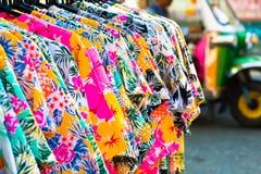 Florezca la camisa del verano y el aislante de los pantalones en el fondo, coste para arriba Imagen de archivo