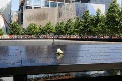 Florezca a la izquierda en el monumento nacional del 11 de septiembre en el punto cero en Lower Manhattan Fotos de archivo
