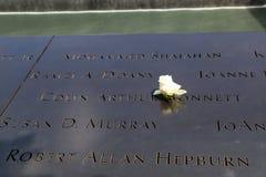 Florezca a la izquierda en el monumento nacional del 11 de septiembre en el punto cero en Lower Manhattan Imagenes de archivo