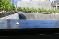 Florezca a la izquierda en el monumento nacional 9 11 en el punto cero en Lower Manhattan Imágenes de archivo libres de regalías