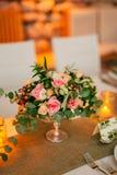 Florezca las composiciones en la tabla de la boda en estilo rústico Decoraciones de la boda con sus propias manos Fotografía de archivo