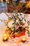 Florezca las composiciones en la tabla de la boda en estilo rústico Decoraciones de la boda con sus propias manos Imagenes de archivo