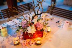 Florezca las composiciones en la tabla de la boda en estilo rústico Decoraciones de la boda con sus propias manos Foto de archivo libre de regalías