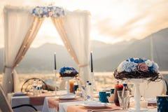 Florezca las composiciones en la tabla de la boda por el mar Fotografía de archivo
