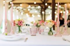 Florezca las decoraciones de la tabla para los días de fiesta y la cena de boda La tabla fijó para el día de fiesta, el evento, e fotos de archivo libres de regalías