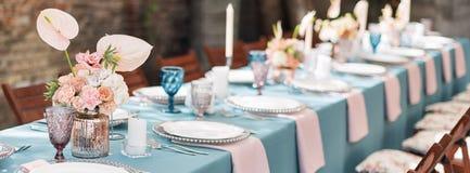 Florezca las decoraciones de la tabla para los días de fiesta y la cena de boda La tabla fijó para el día de fiesta, el evento, e imagenes de archivo