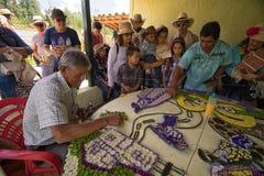 Florezca a los cultivadores que crean la exhibición floral para el desfile en Medellin foto de archivo libre de regalías