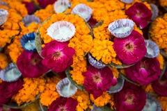 Florezca los pétalos para la ceremonia del puja en los bancos del río de Ganga en Varanasi Fotos de archivo