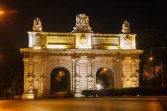 Floriana Gate till Valletta i natt. Malta Arkivfoton