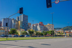 FLORIANOPOLIS, BRASIL - 8 DE MAIO DE 2016: o lote das motocicletas e dos carros estacionou no lado da rua na frente de algum Fotos de Stock