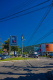 FLORIANOPOLIS, BRASILE - 8 MAGGIO 2016: depressione di guida di veicoli alcuni una via, cielo blu come fondo Fotografia Stock Libera da Diritti