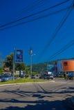 FLORIANOPOLIS BRASILIEN - MAJ 08, 2016: ho för körning för några bilar en gata, blå himmel som bakgrund Royaltyfri Foto